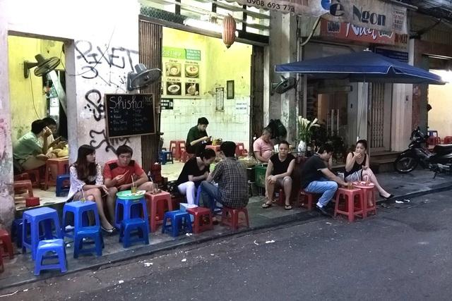 Theo anh Minh, chủ quán trà đá trên đường Láng Hạ, Hà Nội thì vào lúc cao điểm anh bán được 50 cốc trà đá cho khách với giá 2.000 - 3.000 đồng/ cốc. Và thường thì sẽ phát sinh thêm thu nhập do khách mua kẹo, thuốc... Ảnh: Internet.