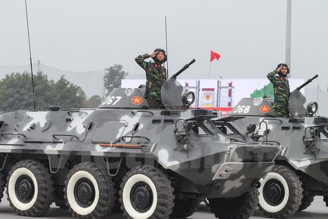 Dàn xe bộ binh bánh lốp (BTR - 60PB) của Bộ Tư lệnh Thủ đô. Hỏa lực mạnh cộng với tính cơ động cao nên xe có thể chở bộ đội tác chiến trên nhiều địa hình và làm nhiệm vụ chống bạo loạn(Ảnh: Minh Sơn/Vietnam+)
