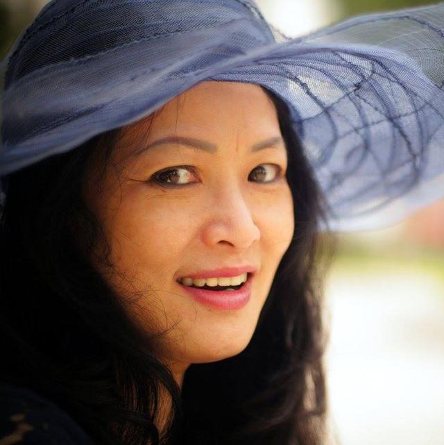 Cận cảnh những đường nét xinh đẹp của mẹ ruột Đan Lê.