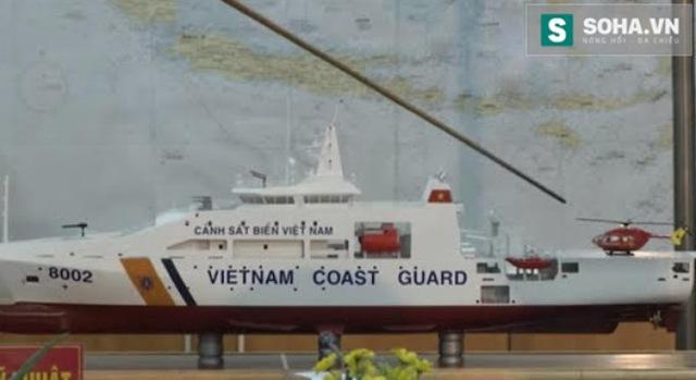 Trực thăng đa năng EC-145 đi kèm mô hình tàu tuần tra DN-2000 số hiệu 8002 của Cảnh sát biển