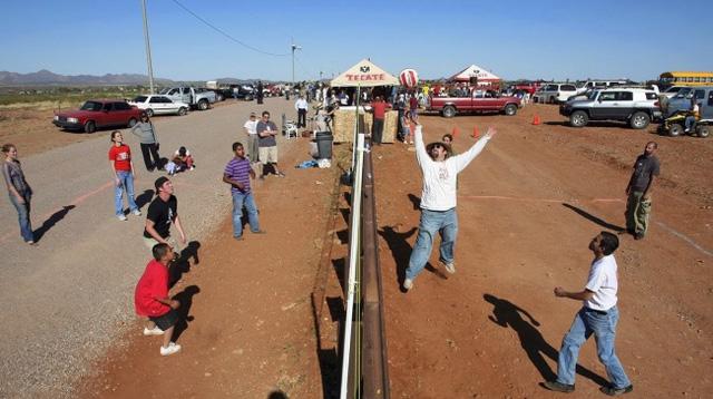 Trận bóng chuyền có 1-0-2 giữa biên giới Mỹ-Mexico.