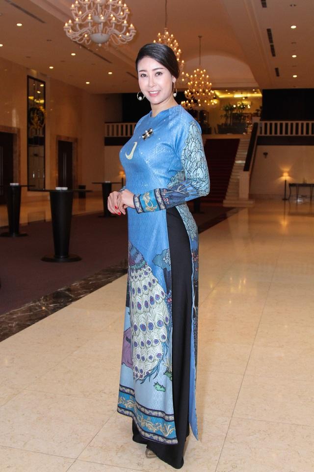 Hoa hậu Việt Nam 1992 mặc áo dài nữ tính đi hội ngộ đàn em.