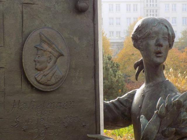 Đài tưởng niệm sự kiện Đại úy không quân Xô viết Igor Belikov Belikov cứu em bé Kathrin Lehmann năm 1969.