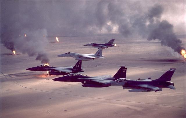 Máy bay của Mỹ bay qua các mỏ dầu bị đốt trong Chiến dịch Bão táp sa mạc