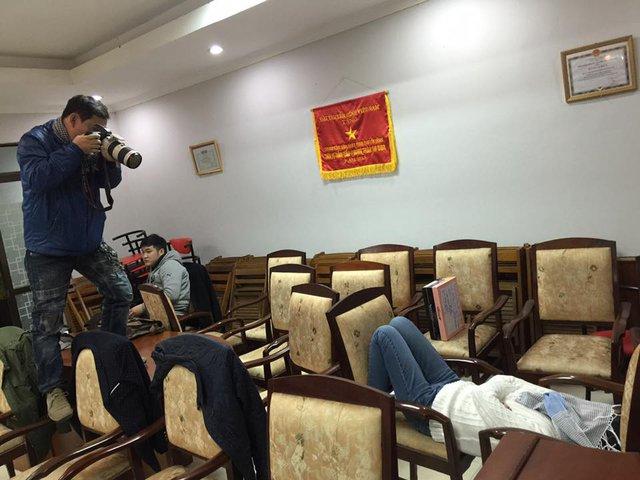 Mặc dù đã cẩn thận che chắn dung nhan, Táo bà vẫn bị 1 thành viên trong ê-kip tranh thủ ghi lại hình ảnh ngủ vui trên ghế.