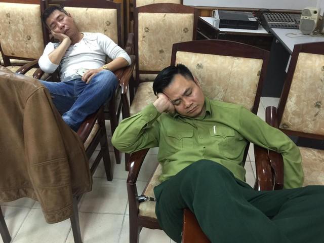 Sau nhiều đêm thức trắng luyện tập, việc các Táo ngủ gục ngay tại phòng tập không còn quá xa lạ.