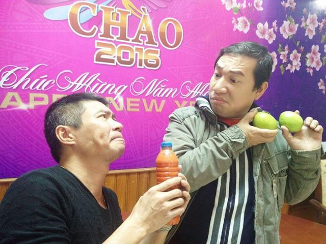 Nghệ sĩ Quang Thắng và Công Lý dí dỏm chơi đùa với những quả táo trong hậu trường
