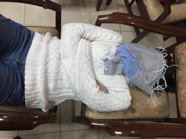 Táo bà của chương trình thoải mái nằm ngủ trên giường tự chế được ghép lại từ 2 chiếc ghế.