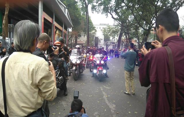 Theo lời kêu gọi trước đó của MC Anh Tuấn, đoàn 1 đoàn xe mô tô đã đến tiễn đưa anh về cõi vĩnh hằng.