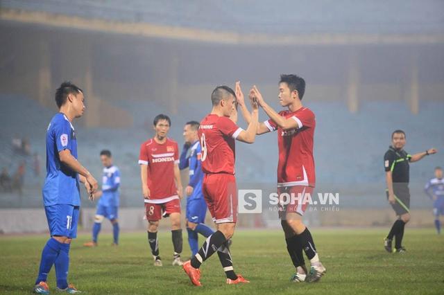 Công Vinh ăn mừng bàn thắng cùng Xuân Trường.