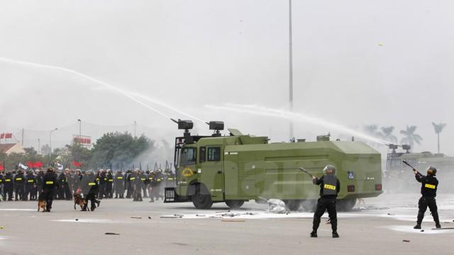 Các lực lượng phối hợp tham gia diễn tập chống bạo động, khủng bố đảm bảo công tác an ninh trong Đại hội Đảng. (Ảnh: Minh Sơn/Vietnam+)