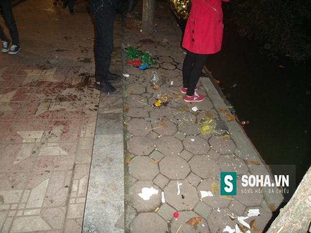Dọc theo bờ hồ Hoàn Kiếm, rác được vất bừa bãi mặc dù các thùng rác công cộng được đặt rất nhiều quanh khu vực bờ hồ.