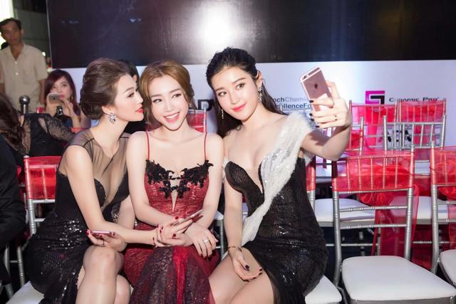 Mặc chiếc đầm ren đỏ với phần cúp ngực được thiết kế cầu kì, Elly Trần tự tin đọ vẻ gợi cảm, nóng bỏng với Khánh My, Huyền My.