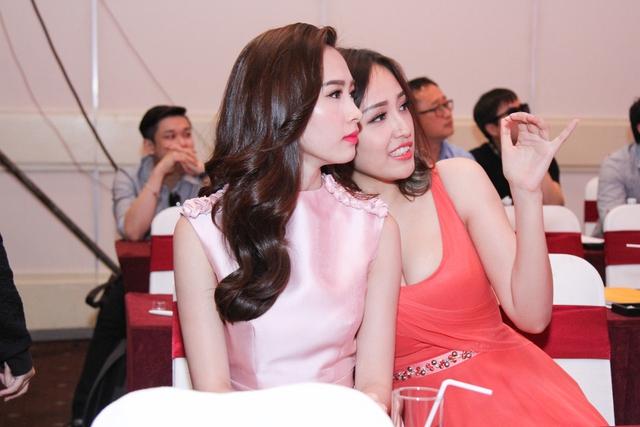 Mai Phương Thúy thân thiết với Đặng Thu Thảo trong sự kiện.