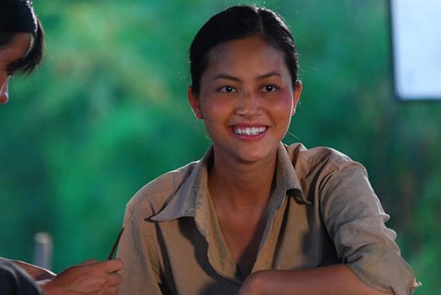 Tuy nhiên, nữ diễn viên Cánh đồng bất tận lại có vẻ ngoài dịu dàng, thùy mị như những người phụ nữ Việt Nam truyền thống.