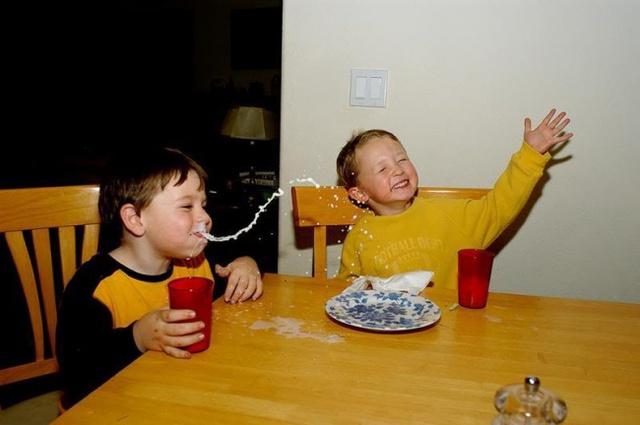 Bật cười khi đang uống gì đó, đây là hoàn cảnh mà ai cũng từng trải qua ít nhất 1 lần trong đời.