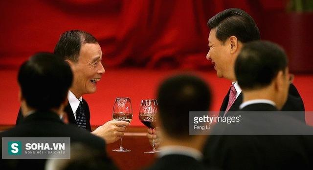 Cú bắt tay của Tập Cận Bình với trùm an ninh Vương Kỳ Sơn (trái) đã khiến các tham quan Trung Quốc chao đảo. Ảnh: Getty Images