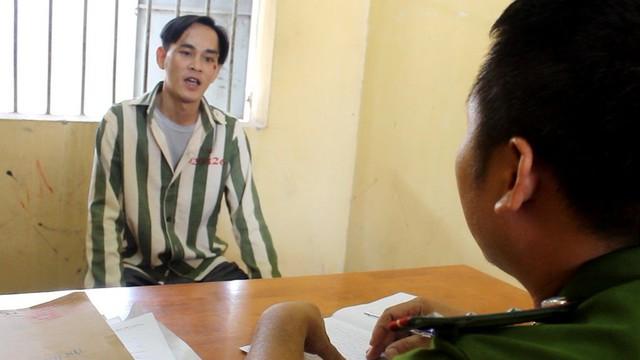 Đối tượng Nguyễn Tiến Long làm việc tại cơ quan điều tra - Ảnh A.X