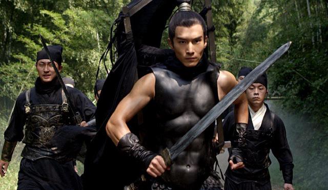 Trang phục giáp cơ bụng sáu múi của nhân vật nam chính.