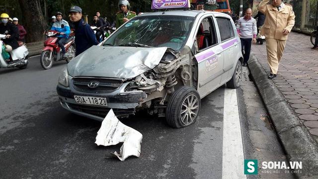 Chiếc xe taxi của hãng Mỹ Đình bị hư hỏng nặng phần đầu.