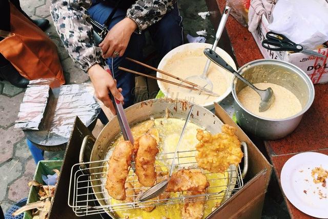 Chị Hoa cho biết quán của chị đã bán được 30 năm nay và hiện tại phải thuê đến 6 công nhân để nặn, rán, cắt bánh liên tục từ 10h đến 19h hằng ngày. Ảnh: Foody