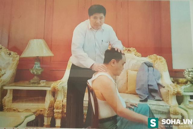 Ông Mậu đang trị bệnh cho chính một khách nước Lào (Ảnh nhân vật cung cấp)