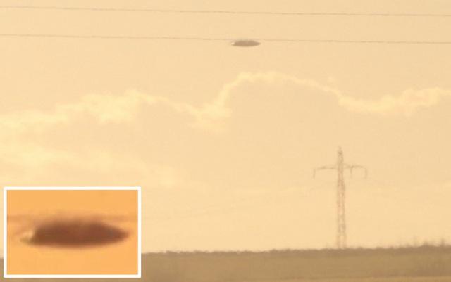 Hình ảnh được cho là máy bay chiến đấu đuổi theo vật thể bay không xác định, có hình đĩa bay. Ảnh cắt từ video trên Youtube.