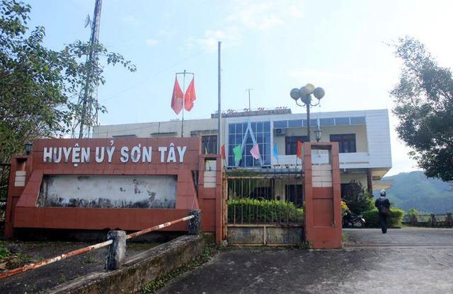 Huyện ủy Sơn Tây lúc 16h ngày 4/3 chỉ còn mỗi bảo vệ. 12 cán bộ huyện ủy đang đi tham quan tại Hà Nội