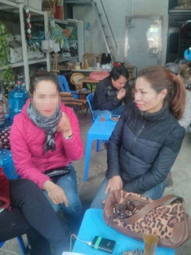 Người phụ nữ áo hồng nghi là bị trao nhầm với chị Trang nhưng kết quả ADN đã chứng minh họ không liên quan.