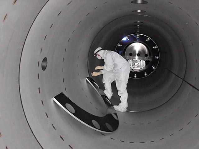 Các nhà khoa học đang làm việc bên trong đường ống dẫn của LIGO