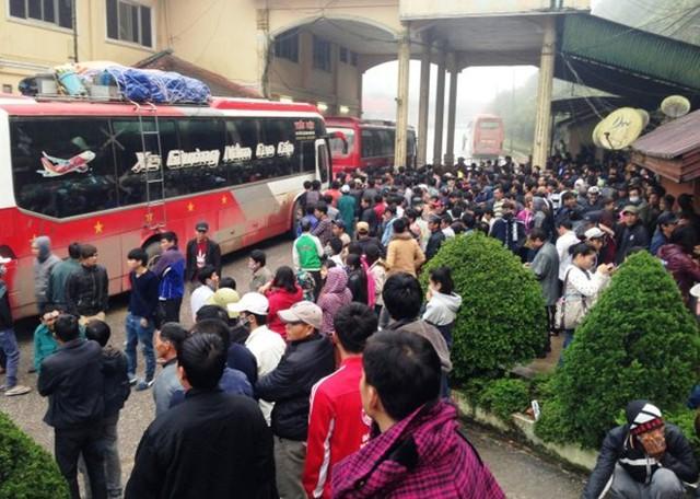 Hàng trăm người chen chúc làm thủ tục nhập cảnh vào Việt Nam tại cửa khẩu quốc tế Nam Pao, Lào