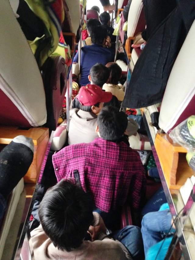 Hành khách bị nhồi kín lối đi - Ảnh: Doãn Hòa