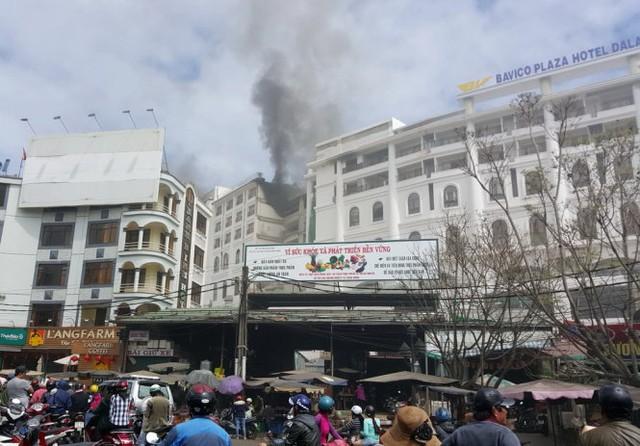 Ngọn lửa bốc cháy từ tầng trên cùng nhìn từ mặt sau khách sạn hướng ra chợ Đà Lạt - Ảnh: C.Thành
