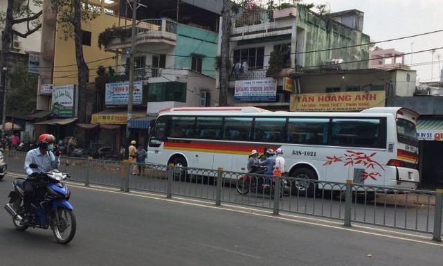 Một xe 45 chỗ dừng đậu trên đường Lê Hồng Phong bị lực lượng tuần tra CSGT xử phạt - Ảnh: Lê Phan