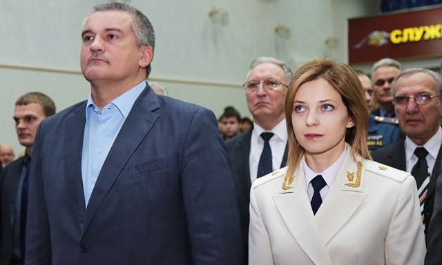 Thống đốc Sergei Aksyonov (trái) và Tổng chưởng lý Crimea Natalia Poklonskaya.