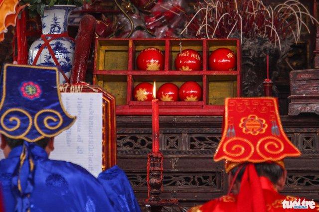 Vào ngày 13 âm lịch, sẽ có 3 quả phết và 3 quả chúi (nhỏ hơn quả phết) được rước ra ngoài khu vực làm lễ cướp phết, quả phết được làm từ củ trẻ và được sơn đỏ - Ảnh: Nguyễn Khánh