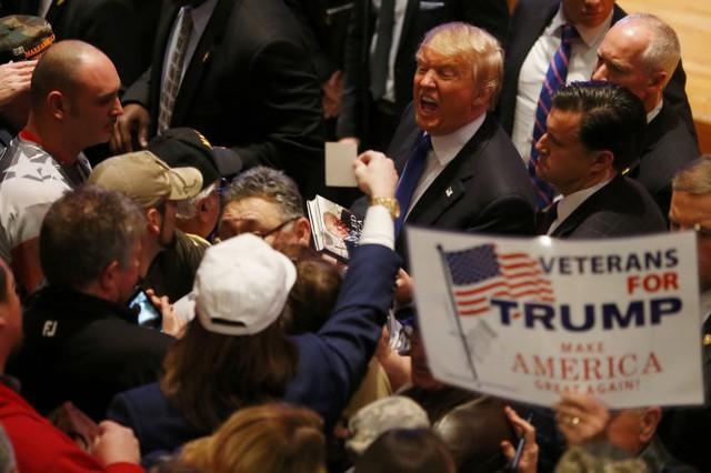 Tỷ phú Donald Trump tiếp xúc với cử tri tại sự kiện do ông tổ chức cùng thời điểm cuộc tranh luận - Ảnh: Reuters