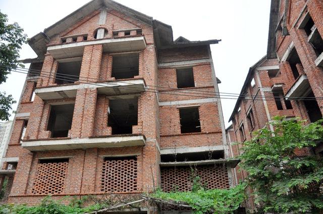 Trong khi vấn đề nhà ở vẫn đang còn rất thiếu đối với nhiều người dân Hà Nội, thì thực trạng bỏ hoang này đang khiến nhiều người cảm thấy rất lãng phí.