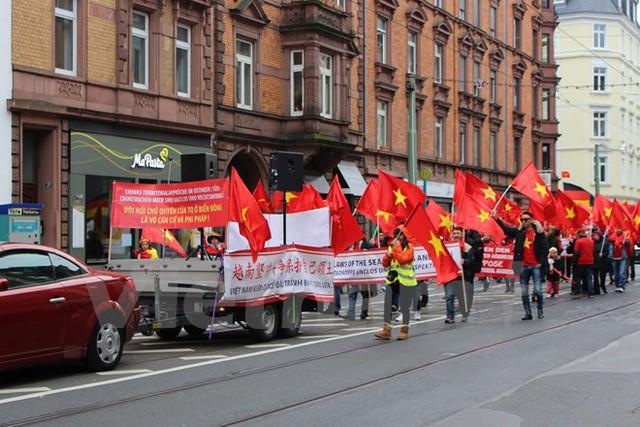 Đoàn tuần hành phản đối Trung Quốc gây căng thẳng ở Biển Đông của người Việt tại Đức. (Ảnh: Nguyễn Đức/Vietnam+)