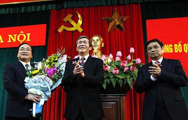 Thường trực Ban Bí thư Đinh Thế Huynh (giữa) và Trưởng Ban Tổ chức TƯ Phạm Minh Chính (phải) chúc mừng tân Bí thư Thành ủy Hà Nội Hoàng Trung Hải (trái). Ảnh: Vietnamnet.
