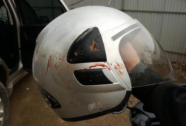 Chiếc mũ bảo hiểm của nhà báo Đỗ Doãn Hoàng còn dính máu sau vụ hành hung. (Ảnh Internet)