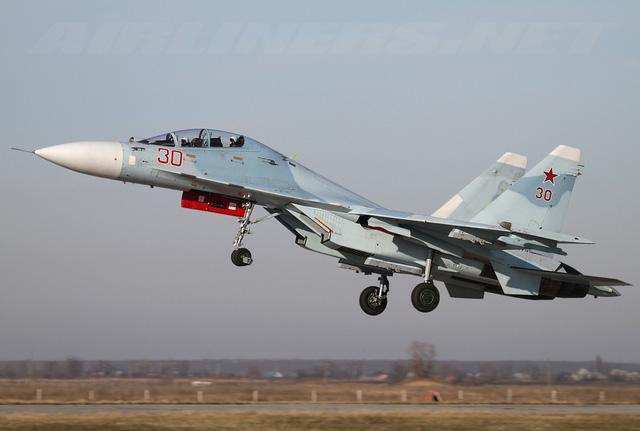 Chiếc Su-30M2 số hiệu 30 (đỏ) của Không quân Nga.