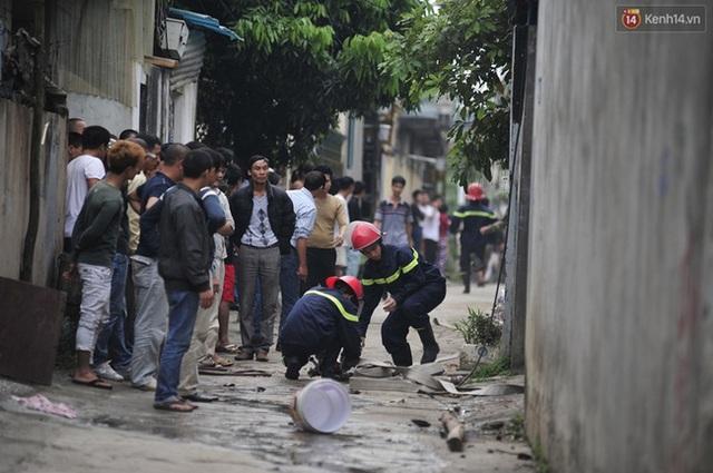 Thực tế, sự hiếu kì trước mỗi vụ tai nạn, cháy nổ hay bất cứ sự cố nào đã trở thành tâm lí phổ biến của người dân Việt Nam. Trong ảnh là khi lực lượng cứu hỏa tiếp cận hiện trường vụ cháy xưởng gỗ tại Thúy Lĩnh, Lĩnh Nam, Hoàng Mai, Hà Nội ngày 19/10/2013, rất nhiều người dân đứng túm tụm hiếu kỳ theo dõi.