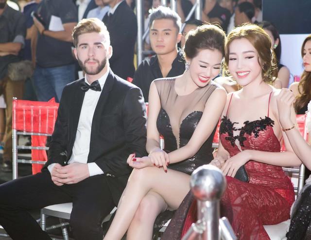 Bộ ba mỹ nhân tỏ ra khá thân thiết và liên tục chụp hình tự sướng cùng với nhau trong suốt chương trình.