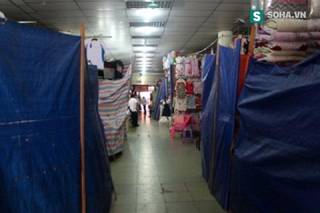 Trong chợ, nhiều sạp hàng đã được quây kín, nghỉ bán hàng.