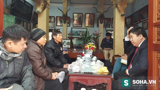 Ông Bùi Tùng Mậu, người mặc com lê (bên phải) đang trò chuyện với người bệnh.