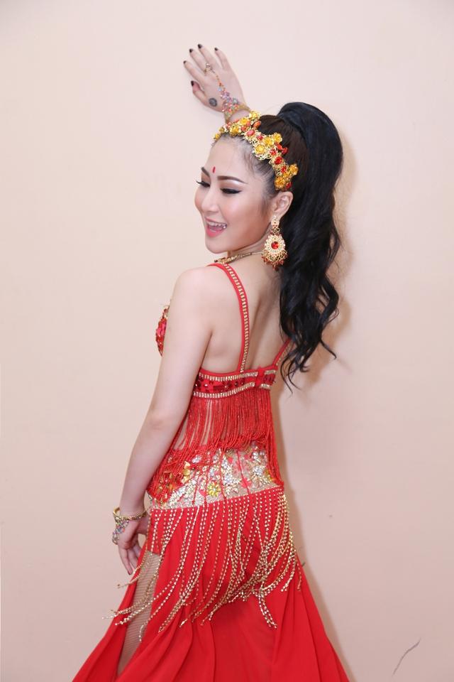 Ngay khi vừa xuất hiện, Quán quân The Voice 2012 gây chú ý với bộ trang phục diễn nóng bỏng, trưng phô nhiều nét đẹp hình thể.