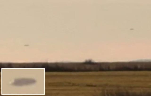 Hình ảnh được cho là máy bay chiến đấu đuổi theo vật thể bay không xác định. Ảnh cắt từ video trên Youtube.