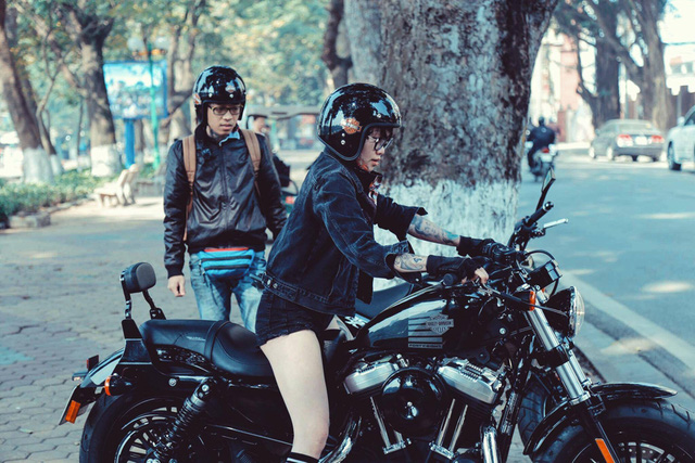 Không chỉ đam mê xăm, cô gái cá tính này còn còn có sở thích đặc biệt với xe tay côn và hiện đang là số ít giới nữ chạy loại xe này.