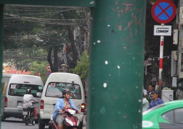 Hai xe trung chuyển của công ty Phương Trang dừng đỗ trên đường Đề Thám - Ảnh: Văn Tiên